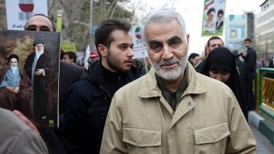 Ghassem Soleimani, der Kommandeur der iranischen Al-Kuds-Brigaden, nimmt im Jahr 2016 an der jährlichen Kundgebung zum Jahrestag der islamischen Revolution von 1979 teil. (dpa/AP - Ebrahim Noroozi)