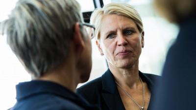 Doris Fitschen mit ernster Miene in einer Gesprächssituation vor einer Glasfassade (picture alliance / nordphoto / Rauch)