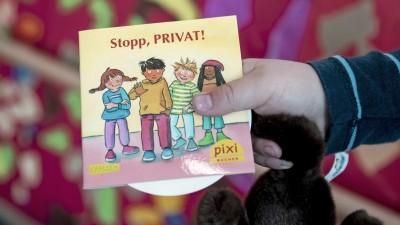 """Ein Kind hält in einer Kita in Berlin bei dessen Vorstellung das neue Pixi-Buch mit dem Titel """"Stopp, PRIVAT!"""" (picture alliance / Christoph Soeder / dpa)"""