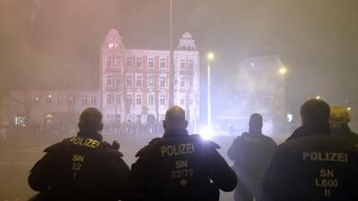 Polizisten stehen an einer Kreuzung im LeipzigerStadtteil Connewitz. (dpa-Zentralbild / Sebastian Willnow )