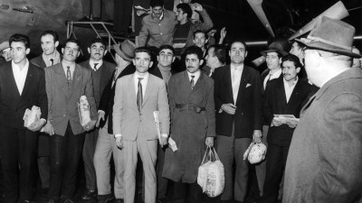 Ankunft von 55 türkischen Arbeitskräften am 27.11.1961 auf dem Flughafen in Düsseldorf nach Abschluss des deutsch-türkischen Anwerbeabkommens. (picture alliance / dpa / Wolfgang Hub)