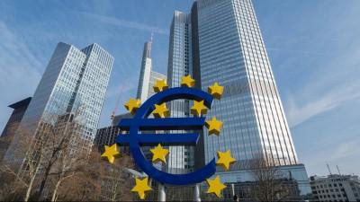 Ein riesiges Euro-Symbol am Willy-Brandt-Platz in Frankfurt am Main (Imago/Jan Huebner)