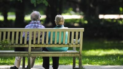 Zwei Rentner sitzen im Schatten des Schlossparks Charlottenburg in Berlin auf einer Bank. (picture alliance / Ole Spata)