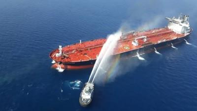 Iranisches Marineschiffbei dem Versuch,Feuer auf dem norwegischen Tankschiff Altair zu löschen, das mutmaßlich durch einen Angriff im Golf von Oman ausgelöst wurde, 13. Juni 2019 (AFP / TASNIM NEWS)