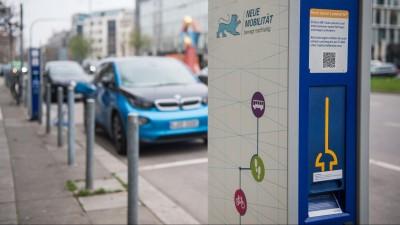 Eine Stromtankstelle steht am 24.03.2017 in Stuttgart (Baden-Württemberg) an einem Parkplatz an einer vielbefahrenen Straße. (picture-alliance / dpa / Lino Mirgeler)