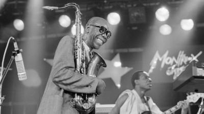 Der kamerunische Jazz-Saxophonist Manu Dibango tritt 1985 am Jazzfestival in Montreux, Schweiz, auf.   (KEYSTONE)