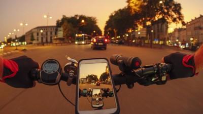 Persönliche Perspektive eines Fahrers auf einem E-Bike auf der Avenue de l'Europe bei Dämmerung in Versailles, Frankreich (imago / Westend 61)