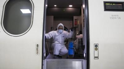 Desinfektionsarbeiten in einem Zug am Bahnhof Suseo in der südkoreanischen Hauptstadt Seoul als Prävention gegen die Ausbreitung des Wuhan-Virus (AFP / Hong Yoon-gi)