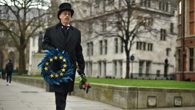 Auf dem Foto trägt ein Mann in London die EU symbolisch zu Grabe. (picture alliance / empics / Dominic Lipinski)