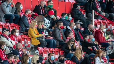 Fans von Union Berlin verfolgen das Spiel mit Abstand und Gesichtsmasken. (dpa-Pool/Andreas Gora)