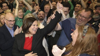 Die Sinn-Fein-Vorsitzende Mary Lou McDonald und ihre Anhänger jubeln. (dpa/ AP / Peter Morrison)