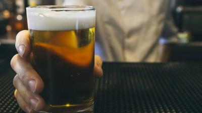 Eine Frauenhand hält ein Glas Bier. (imago/Westend61)