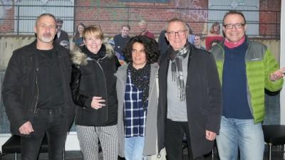 Günter Jeschonnek und einige der Schüler von damals posieren für ein Gruppenfoto. (Günter Jeschonnek)