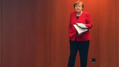 BundeskanzlerinAngela Merkel (CDU) wartet auf denBeginn einer Pressekonferenz. (AP/POOL)