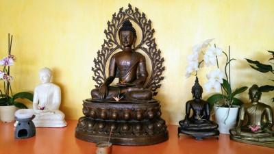 Figuren des historischen Buddha im Meditationsraum der Buddhistischen Gesellschaft Hamburg. (Deutschlandradio / Mechthild Klein)
