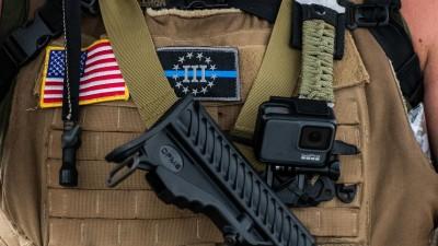 """Ein Mitglied vomsogennanten National Patriotic Defense Team mit einem Aufnäher der Gruppierung """"Three Percenters"""" (picture alliance/dpa - Chris Tuite/ImageSPACE/MediaPunch)"""