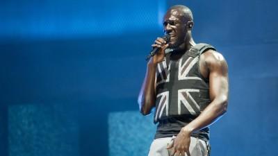 Der englische Rapper Stormzy mit einem Union Jack auf der Weste, beim Auftritt auf der Bühne desGlastonbury Festivals. (picture alliance / Photoshot)