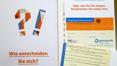 Ein Mann hält einen Organspendeausweis mit Informationen der Bundeszentrale für gesundheitliche Aufklärung in den Händen (picture alliance/ dpa/ Waltraud Grubitzsch)