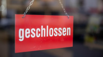 """""""Geschlossen"""" steht am 17.03.2020 in Nürnberg auf einem Schild an der Tür eines Restaurants. Wegen des Coronavirus dürfen in der Gastronomie in Bayern vom 18. bis 30. März nur noch Speiselokale und Betriebskantinen von 6 bis 15 Uhr geöffnet haben. (dpa / picture alliance / Daniel Karmann)"""