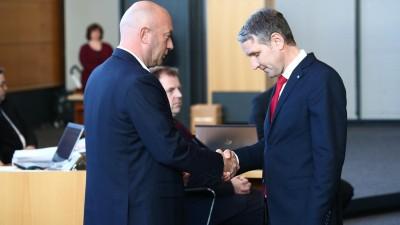 Björn Höcke, AfD Thüringen (rechts) gratuliert dem neuen Ministerpräsidenten Thomas L. Kemmerich (FDP).  (Bodo Schackow/dpa-Zentralbild/dpa)