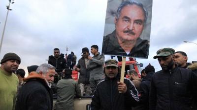 Das Foto zeigt Menschen in Bengasi/Libyen, die ein Plakat mit dem Konterfei von General Haftar hochhalten. (AFP Abdullah Doma)