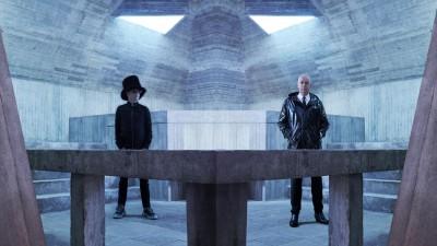 Die Pet Shop Boys posieren auf einer Ausgangsplattform nahe Berlin. (Phil Fisk)