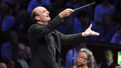 Der Dirigent Andrew Manze mit Taktstock im Vordergrund, im Hintergrund das Deutsche Symphonie-Orchester Berlin. (Chris Christodoulou )