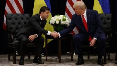 Donald Trump und Wolodymyr Selenskyj sitzen vor ihren Landesflaggen und geben sich die Hand. (dpa-bildfunk / AP / Evan Vucci)
