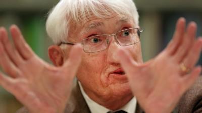 Der Philosoph Jürgen Habermas gestikuliert mit seinen Händen. (dpa/Martin Gerten)