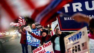 Demonstranten protestieren mit Plakaten gegen das Amtsenthebungsverfahren gegen US-Präsident Trump (dpa / picture alliance)