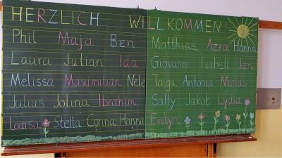 Erster Schultag an einer Grundschule: Die Namen der Erstklässler stehen an der Tafel (imago / blickwinkel / fotototo)