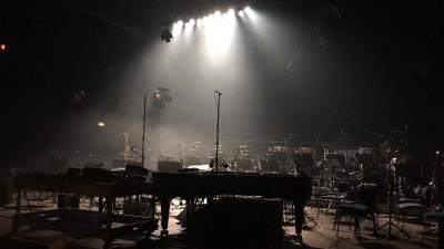 Ein Orchsteraufbau auf einer menschenleeren Bühne im Scheinwerferlicht. Stühle, ein Konzertflügel und andere Instrumente stehen bereit für ein Konzert. (Getty / EyeEm / Bernardo Hohagen )