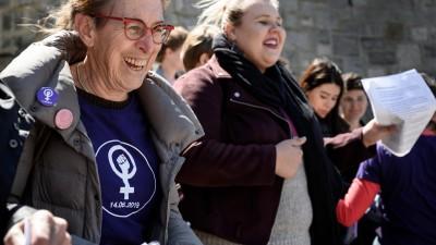 Frauen haben sich eingehakt und marschieren gemeinsam. am 14. Mai 2019 in Lausanne.  (AFP / Fabrice Cofferini.)