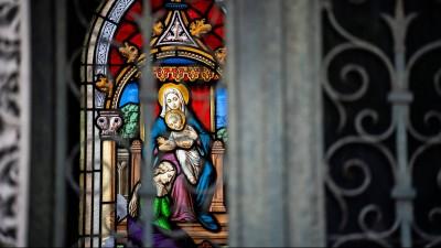 Detail eines farbigen Glasfensters mit der Jungfrau Maria mit Kind auf dem Friedhof Pere Lachaise in Paris. (imago images / Hans Lucas)