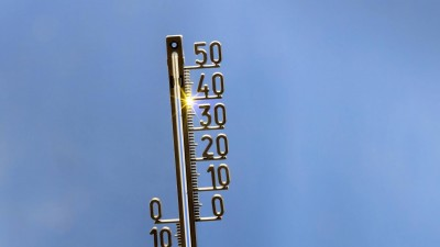 Ein analoges Thermometer vor blauem Himmel zeigt 40 Grad Celsius an. (Arnulf Hettrich / imago-images)