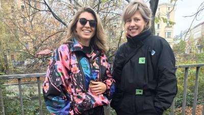 Zwei junge Frauen in Ski-Overalls stehen nebeneinander. (Deutschlandradio / Susanne Balthasar)