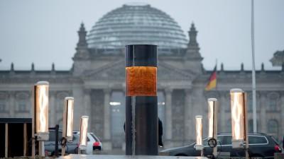 Eine Säule des Zentrums für Politische Schönheit, in die Asche von Auschwitzopfern eingegossen worden sein soll, steht vor dem Reichstag.  (picture alliance/ dpa/ Christophe Gateau)