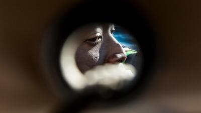 Das Gesicht eines Geflüchteten ist durch ein Guckloch hindurch zusehen, aufgenommen auf der MS Aquarius von SOS Mediterranee und Ärzte ohne Grenzen am 30.01.2018 (picture alliance / Laurin Schmid/SOS MEDITERRANEE)
