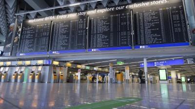Frankfurt/Main: Fast menschenleer ist das Terminal 1 des Flughafens Frankfurt an den Check-In-Schaltern der Lufthansa. (dpa/Boris Roessler)