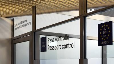 """Ein Einreiseschalter an einem deutschen Flughafen mit der Aufschrift """"Passkontrolle. Passport Control"""". (imago / imagebroker)"""
