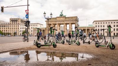 Zahlreiche E-Scooter stehen auf dem Pariser Platz und störenden freien Blick auf das Brandenburger Tor.  (imago images / Stefan Zeitz)