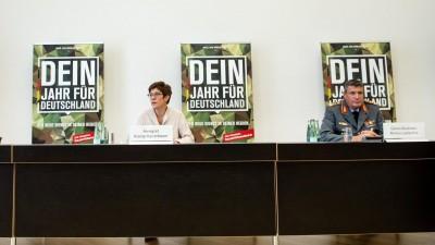 Annegret Kramp-Karrenbauer (CDU), Verteidigungsministerin, neben Generalleutnant Markus Laubenthal, stellvertretender Generalinspekteur der Bundeswehr (Picture Alliance / dpa / Bernd von Jutrczenka)