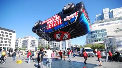 Campact-Aktivisten lassen ein mit Gas gefülltes SUV-Model abheben (2019). (picture alliance/ Wolfgang Minich)