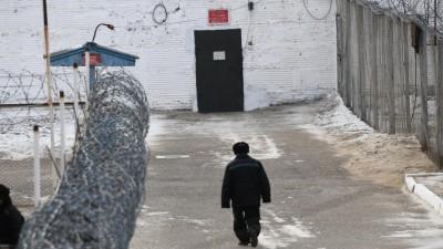 """Ein Häftling läuft über den Hof der russischen """"Besserungskolonie Nr. 2"""" im Distrik Karymsky (picture alliance/ dpa/ Yevgeny Yepanchintsev)"""