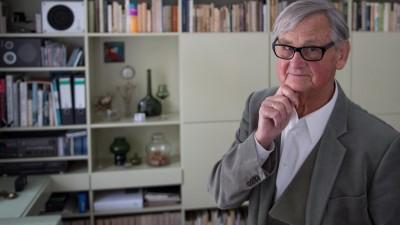 Der Möbelgestalter Rudolf Horn steht in seiner Wohnung in Leipzig in seinem Arbeitszimmer vor Möbelentwürfen der 1960er/70er Jahre. Horn ist einer der bekanntesten Möbeldesigner der DDR und Vater der Möbelserie MDW (Montagemöbel Deutsche Werkstätten). (picture alliance / dpa / Hendrik Schmidt)