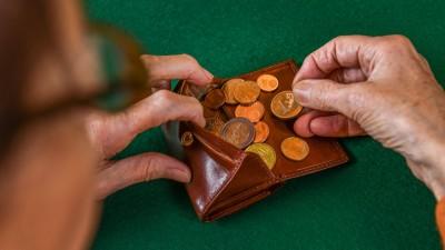 Eine Frau zählt Münzen in ihrem Portemonnaie. (imago stock&people)