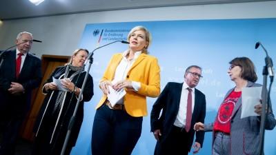 Bundesernährungsministerin Julia Klöckner (3. v.l.) mit ihren Kollegen Till Backhaus (Mecklenburg-Vorpommern), Ursula Heinen-Esser (Nordrhein-Westfalen), Stefan Ludwig (Brandenburg)und Priska Hinz (Hessen) (dpa / Kay Nietfeld)