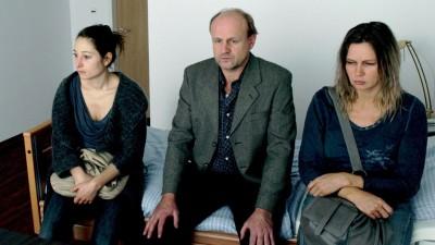 """Im ZDF-Fernsehfilm """"Tod auf Raten"""": Annett Gräber (Veronica Ferres, r.) und Monika Winter (Janina Elkin, l.) bringen Ronald Gräber (Oliver Stokowski, M.) ins Pflegeheim. (ZDF/Jan Fehse)"""
