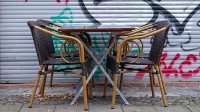 Tische und Stühle vor einem geschlossenen Restaurant in Berlin Prenzlauer Berg. Seit dem 2. November müssen alle gastronomischen Einrichtungen zur Bekämpfung der Carona-Pandemie geschlossen bleiben. Lediglich Lieferservice und Außer-Haus-Verkauf sind noch erlaubt. (imago-images/ Seeliger)