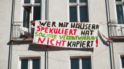 """Wer mit Häusern spekuliert hat soziale Verantwortung nicht kapiert!"""" steht auf einem Transparent an einer Hausfassade in Berlin im Bezirk Schöneberg am 19.03.2015. Foto: Wolfram Steinberg/dpa. (picture alliance / dpa/ Wolfram Steinberg)"""